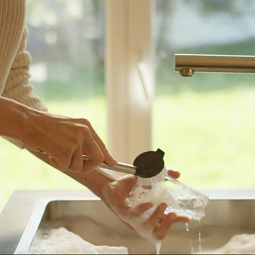 Einfach unter warmem Wasser abspülen oder in die Spülmaschine geben.